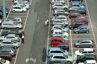 トリノのスーパー駐車場にて。シルバーの多いことよ。