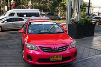 街中を走る自動車の主役は、ズバリ日本車。こちらは「トヨタ・カムリ」のタクシー。