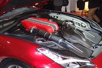 フロントに縦置きされる、自然吸気の12気筒エンジン。最高出力690ps、最大トルク71.1kgmを発生する。