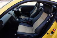 ブラックシートに加え、シートメイン部にタン色の本革を配した2トーンのシートも選べる。