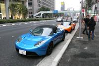 """現在唯一の取り扱い車種となる「ロードスター」。0-100km/hを3.9秒で走り切る""""スーパーカー""""だ。フル充電での最大航続距離は394km。"""