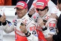 チャンピオン対ルーキーの対決。優勝したフェルナンド・アロンソ(右)、4戦連続2位(+3位1回)のルイス・ハミルトン、マクラーレンの2人が席巻したモナコGPだった。(写真=Mercedes Benz)