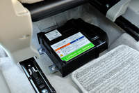 減速エネルギー回生機構「エネチャージ」用のリチウムイオンバッテリー。助手席の下に搭載されている。