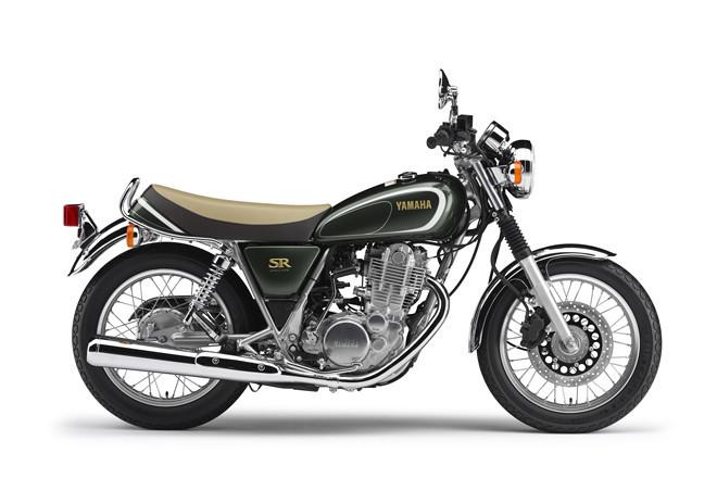 1978年にデビューしたシングルスポーツの「ヤマハSR400」。シンプルな単気筒SOHCエンジンや、キックスターターなど、誕生当時の面影を色濃く残すモデルだ。