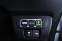 「SPORT」「NORMAL」「ECON」という三つの走行モードが選択可能。