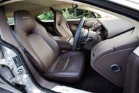 ラピード専用デザインのフロントシート。シートヒーターは標準装備。