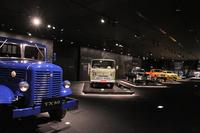 同じくミュージアムエリア2階にある、「いすゞの歴史」展示。実車およびエンジン(単体)、モデルカーが並べられている。