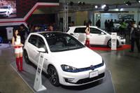 フォルクスワーゲンブースの様子。展示車両は各モデルの「GTI」と「R」、そしてPHEVの「GTE」といったスポーツグレードで統一されていた。