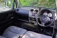 ノーマルワゴンRの黒いメーターパネルと異なり、RRはホワイトメーターを装着。オーディオを上部に移動して操作性向上を図ったほか、センターコンソールトップにフタ付きの収納、「インパネアッパーボックス」が追加された。