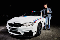 「BMW M4 DTMチャンピオンエディション」と、DTMの2016年ドライバーズタイトルを獲得したマルコ・ヴィットマン選手。