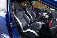 大腿(だいたい)部のサポート性と腰まわりのホールド性を重視し、レカロ社と共同開発したという「S207」専用のバケットシート。シートヒーターやサイドエアバッグが装備されている。