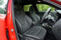 サイドサポートの豊かな、スポーツタイプのフロントシート。表皮は高級レザー「ファインナッパ」で、シートヒーターも与えられる。