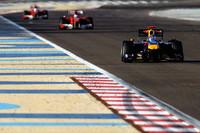 レース序盤から3人に絞られた優勝争い。トップのベッテル(先頭)は中盤に発生したエンジントラブルで速度を失い、フェラーリに1-2フィニッシュを献上した。ベッテルはハミルトンの後ろ、4位でゴール。(写真=Red Bull Racing)
