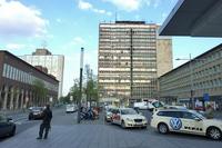 エッセン中央駅前。ドイツの地方都市によくあるように、ビル屋上(写真左上)には、メルセデス・ベンツのスリーポインテッド・スターが掲げられている。