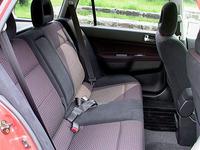 レカロ社製セミバケットシートが奢られる「ラリーアートエディション」。ほかに、モモ社製ステアリングホイール、本革シフトノブ&パーキングブレーキレバー、カーボン調センターパネルなどを備える。