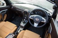インパネまわりはいかにも「テスト用の試作車」といった趣きで、ダッシュボードの樹脂パネルにはシボも施されていなかった。なお、市販モデルではシートやステアリングホイール、加飾パネルなど、インテリアの「着せ替え」も可能となっている。