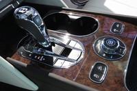 センターコンソールに備わる8段ATのセレクター。走行モードを選択するダイヤルの左右には、車高調整やヒルディセントコントロールなどの操作スイッチが備わる。