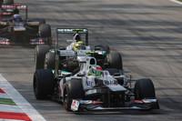 12番グリッドから、第2戦マレーシアGPに次ぐ今年2度目の2位表彰台を獲得したザウバーのペレス(写真前)。1ストップ作戦の第1スティントでハードタイヤを、第2スティントでミディアムを履き、後半目覚ましいスパートをかけた。チームメイトの小林可夢偉は、8番グリッドからスタート。ストレートで遅いマシンを手なずけ、ペレスとは違うオーソドックスなタイヤ選択で9位入賞を果たした。(Photo=Sauber)