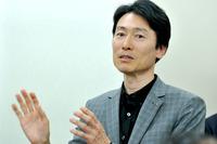 人馬一体の考え方をさらに進化させる「スカイアクティブ・ビークル・ダイナミクス」について説明するマツダ 車両開発本部 本部長の松本浩幸氏。