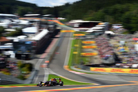 スパ・フランコルシャンの名物コーナー、オールージュを駆け上がるリカルド。予選5位からメルセデスの同士打ちという好機を逃さず首位へ。その後、終盤にロズベルグからの追撃を受けるまで敵なし状態だった。6月のカナダGPでの初優勝から、早くも3勝を記録するまでになった。(Photo=Red Bull Racing)