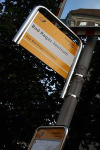 何げないがモダーンなバス停サイン。