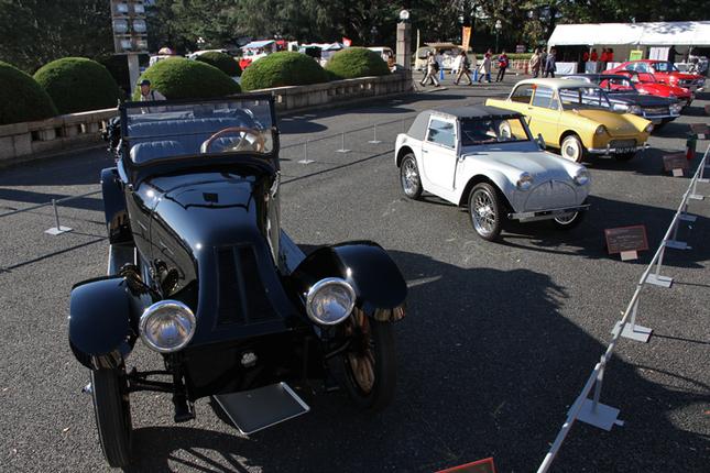 6台並んだ企画展示車両。手前からトヨタ博物館所蔵の1918年「フランクリン・シリーズ9」、55年「フライング・フェザー」、59年「ダフ600」、60年「シボレー・コルベア」、65年「トヨタ・スポーツ800」、そしてホンダコレクションホールから特別出展された「ホンダ1300クーペ9」。