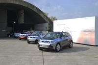 BMWドライビングアカデミーにて、説明会場の前に居並ぶ「BMW i3」のプロトタイプ。