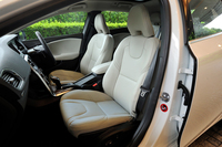 レザーシートや前席シートヒーターなどをセットにした「レザーパッケージ」は、エンジンの種類を問わず「SE」のみで選択可能なオプション装備となる。