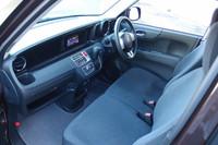 前席はベンチ式。シート表皮は全車、抗菌タイプの「アレルクリーンシート」となる。