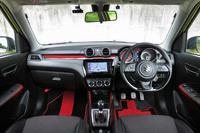 MT車のインテリア。ダッシュボードやドアコンソールに赤のグラデーションを施すなど、凝ったデザインとなっている。