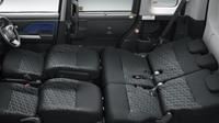シートはフルフラットにも対応しており、車内で足を伸ばして仮眠をとることができる。