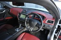 黒と赤でコーディネートされたテスト車のインテリア。「ギブリ」ではダッシュボードやシート、ルーフライニング、トリムと、各所にさまざまな色の素材が用意されている。