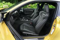 前席にはサイドサポートの張り出した「Mスポーツ・シート」を標準で採用。運転席にはシートポジションのメモリー機能が備わっている。