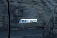 前ホイールアーチの後ろに装着されるブルーエフィシェンシーバッジ。