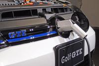 走行用バッテリーの充電は「VWバッジ」の背後にあるソケットを介して行う。