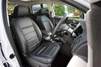 上級モデル「タイタニアム」には本革シートが標準装備。運転席は前後位置や高さを調節できる6ウェイ電動シートで、シートヒータも備わる。