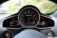 メーターのアップ。中央のアナログ式回転計をはさんで、左側のディスプレイには距離や外気温が、右側には走行モードや油温・水温といった車両情報が表示される。