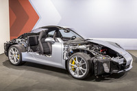 今回のワークショップで展示された、新型「911」のカットモデル。2+2のシートレイアウトやエンジンをリアに積む点など、基本的なパッケージングこそ変わらないが、数々の新技術が盛り込まれている。