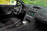 内装材として、人工皮革スエード素材のアルカンターラがふんだんに用いられる。
