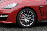 ブレーキシステムは「パナメーラ ターボ」と共通のもの。テスト車は20インチのRSスパイダーデザインホイール(オプション:25万3000円)を装着していた。