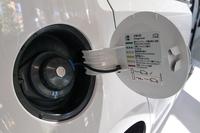 急速充電ポートはボディーの右側面、ガソリン車の給油口の位置にある。