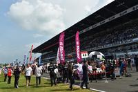日本国内と同様、レース前のグリッドはにぎやかな雰囲気に包まれた。