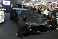 黒のベールで覆われていた2016年型「プリウスGT」は、2016年シーズンを戦う4人のドライバーによってアンベールされた。