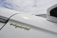 フロントドアの前端に「e-hybrid」のオーナメント。差し色の「アシッドグリーン」は、ポルシェのプラグインテクノロジーのテーマカラー。