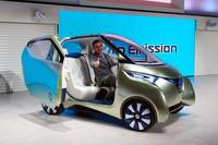 カルロス・ゴーン社長兼CEO。コンセプトモデル「PIVO3」の運転席でご満悦の様子。