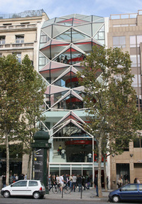 「C42」外観。まわりの建物とのコントラストは強烈だ。