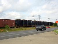 アーリントンファクトリーに隣接する列車線路。そこに、プラットフォームが山積みされている。