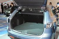 ワゴンに新採用された「カラクリトノボード」は、ハッチの開閉に応じて自動的に動くため、わずらわしいトノボードの開閉作業が不要になる。