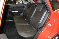 後席の様子。写真は「XT」のもので、本革シートはセットオプションに含まれる。