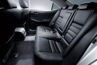 ホイールベースの延長と薄型前席シートバックの採用で、後席の居住性が向上した。